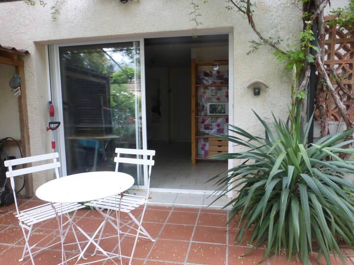 CHAMBRE entrée independante dans villa avec jardin