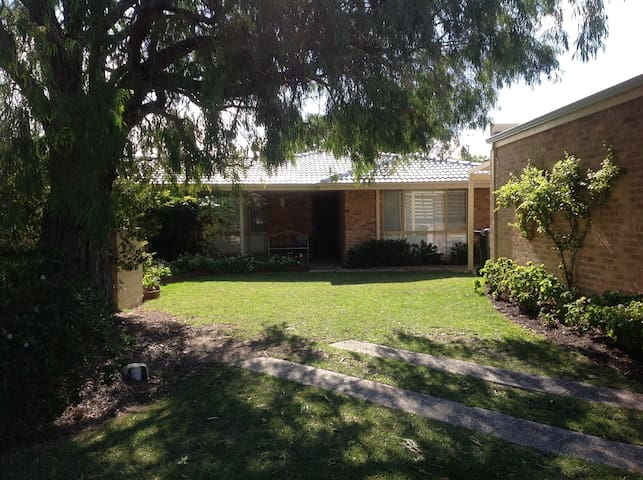 Close to Bay, whole of home - Broadwater - House