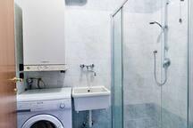 bagno di servizio con doccia e wc