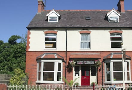 Large Victorian house in the centre of town - Llangollen - Herberge