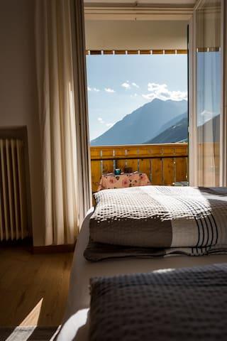 Nettes einfaches Zimmer mit herrlicher Aussicht