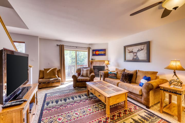Mountain family townhome w/ fireplace, private balcony & beautiful views!