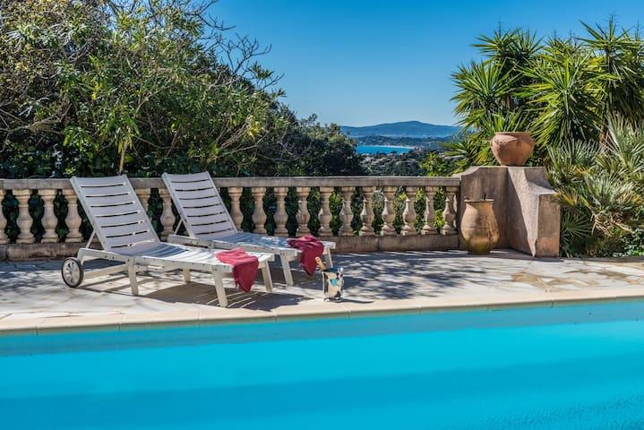 Ferienhaus mit Pool, Meerblick, familienfreundlich