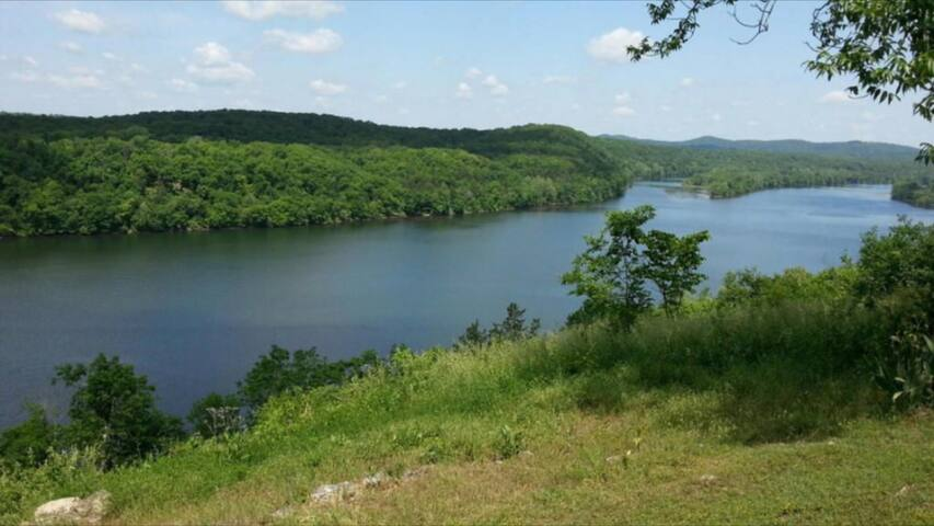 Lake Taneycomo Views and close to Branson!