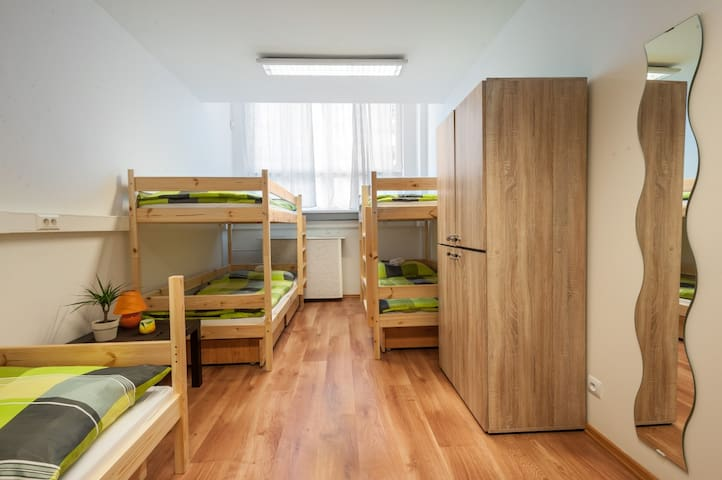 cozy,bright and clean room for 5 - Bratislava - Ev