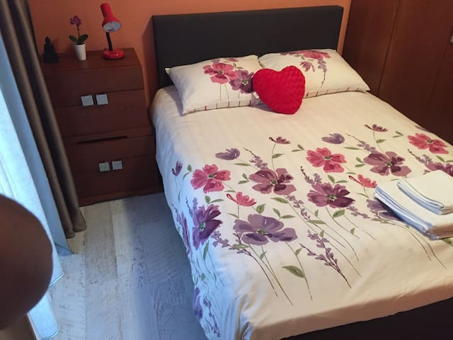 Lovely room 15 min to city center. Free parking