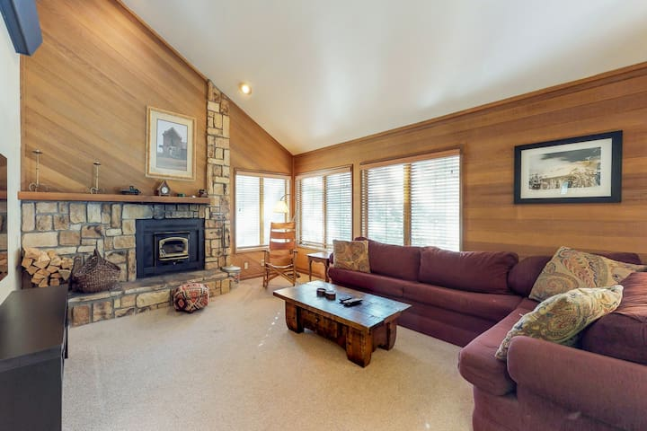 Lofty condo w/ wood stove & shared pool/hot tub - 500 ft to Canyon Lodge lifts!