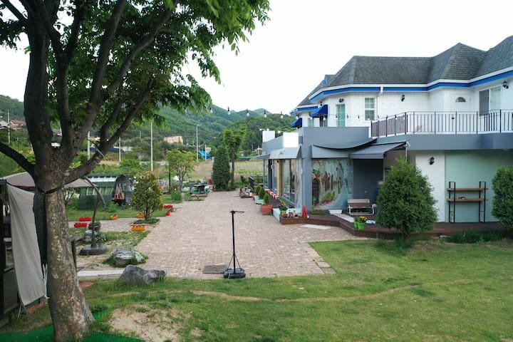 소나기 마을을 지나면 나오는 개울가 전원 주택입니다.