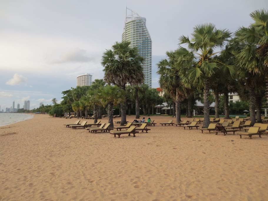 5min walkt o the best beach, Na jomtien,this area is quiet and clean, many luxury resorts  here. You can use the sunbeds of the resorts ,f you have food and drink ,or  lie down in the sand,,,,,