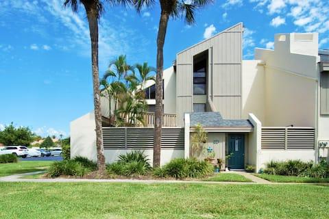 Beach house w/ Lrg Courtyard WALK TO JUPITER BEACH