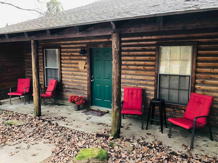 Log Cabin near Lindsey's, Red River, & the Lake!
