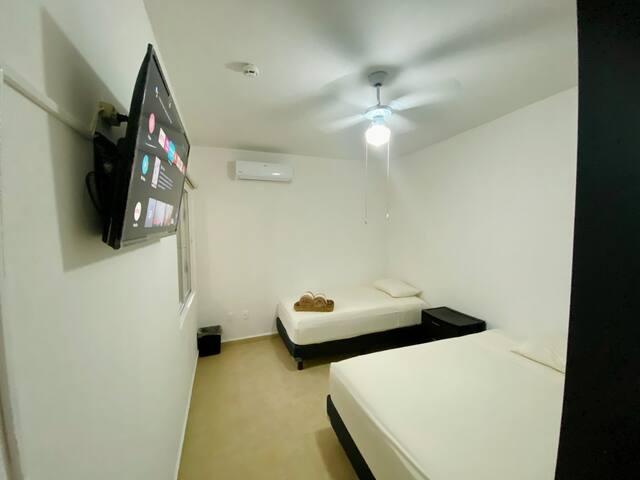 Habitación 2 , una cama matrimonial y una cama individual (3 personas) ambas habitaciones cuentan con sus aires acondicionados ventiladores, closet y smart tv.