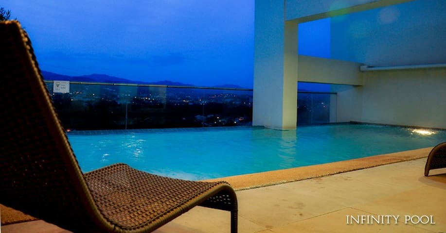 Solo Studio near malls/food centers;infinity  pool