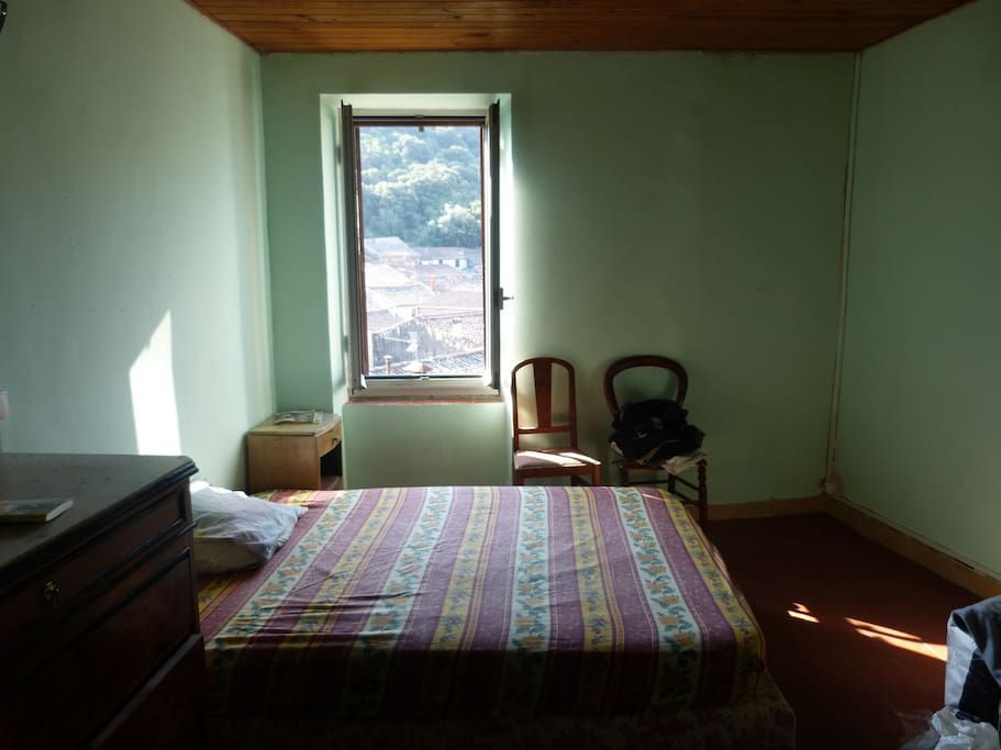 La Chambre : un lit 2 places (possibilité d'y ajouter un lit 1 place en cas de besoin).
