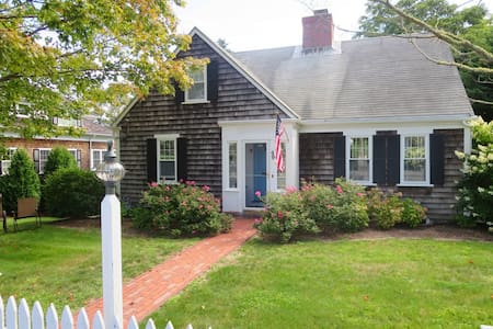 Charming Home Walking Distance to DT Chatham - Chatham