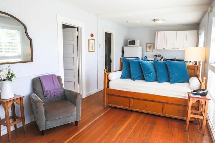Fuchsia Cottage :: Charming :: Ocean Views ❤️ Dogs
