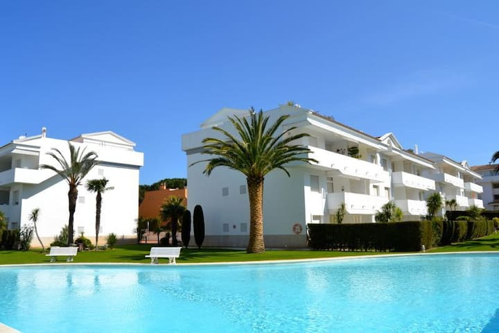 Lovely apartment situated in an exclusive community,  near the golf couse and 15 min. walk - Pals - Apartemen