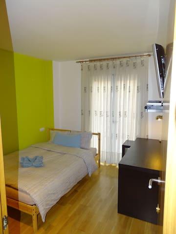 C. Habitacion centrica privada en piso compartido.