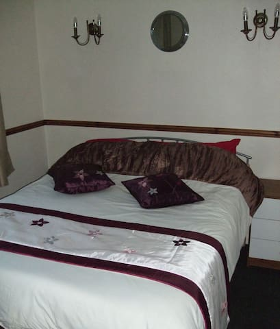 Double room and off road parking. - Swindon - Bed & Breakfast