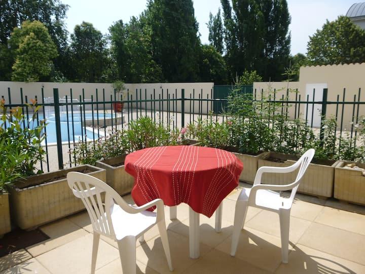 Studio vue piscine, terrasse, parking