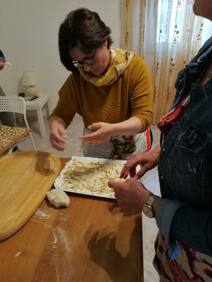 Creazione pasta fatta in casa con ospiti