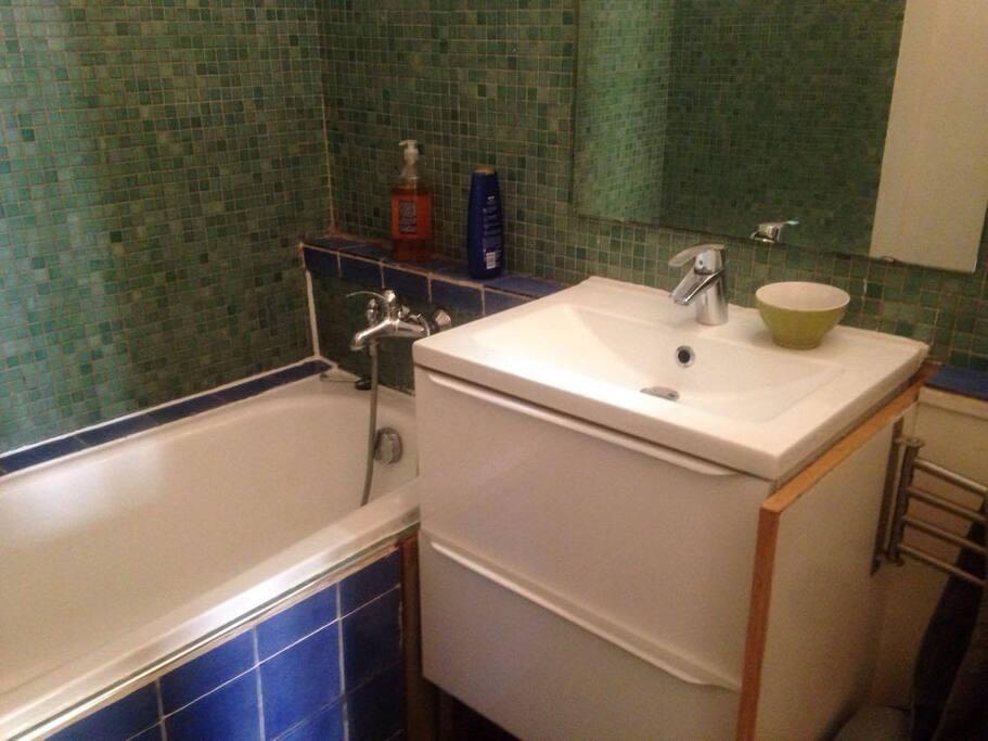 Une petite salle de bain propre