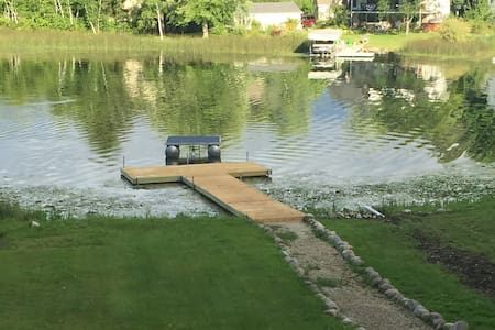 Cozy Lake House w/ Private Dock - West Bend - Casa de campo