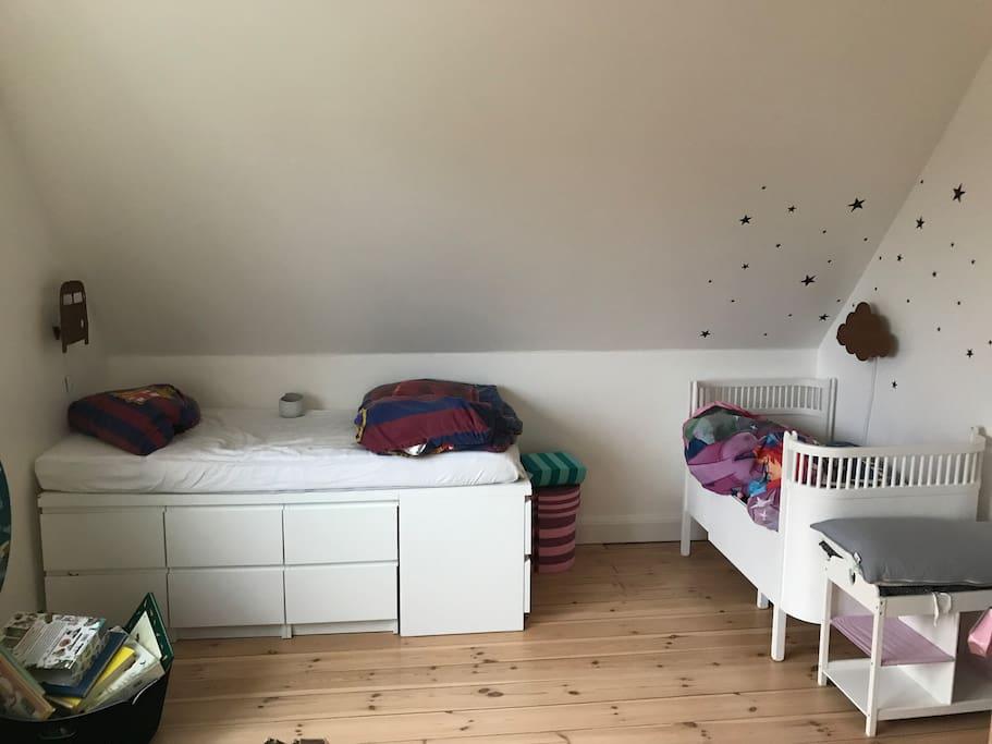 Børneværelse med 2 børnesenge