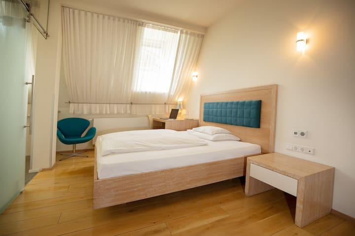 Modernes Zimmer im Stadtzentrum