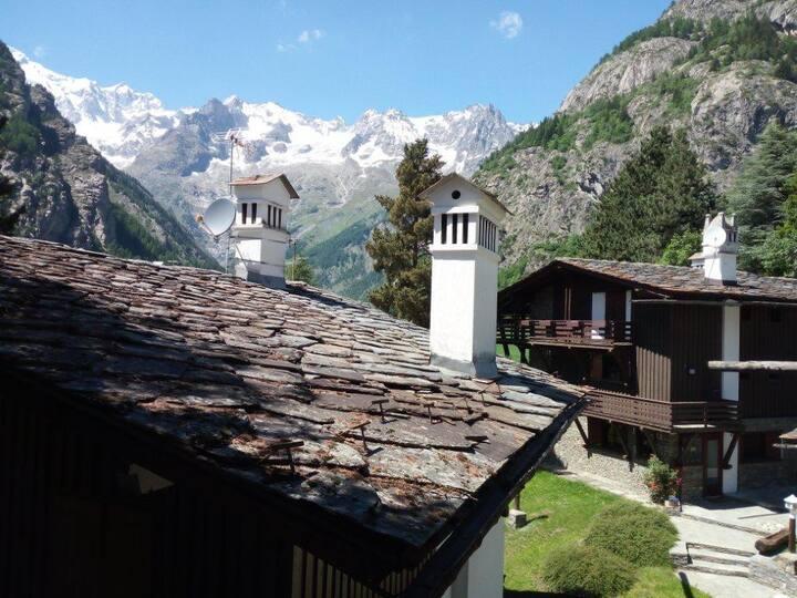 Accogliente mansarda con vista sul Monte Bianco