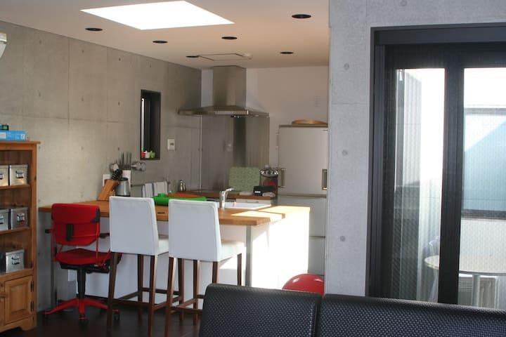 クール&シンプルで豪華設備の広々開放的な1LDK。コンクリート打ち放しのデザイナーズビルです。 - Ota - Apartment