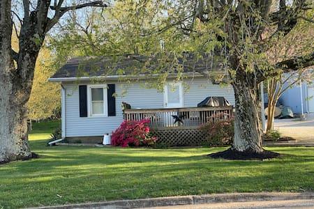 $68/nt Entire Home Newburgh 4mi to I69 Evansville.