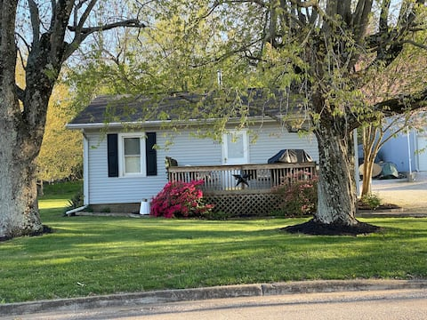 $68/nt Entire Home Newburgh 4mi to I69 Evansville.