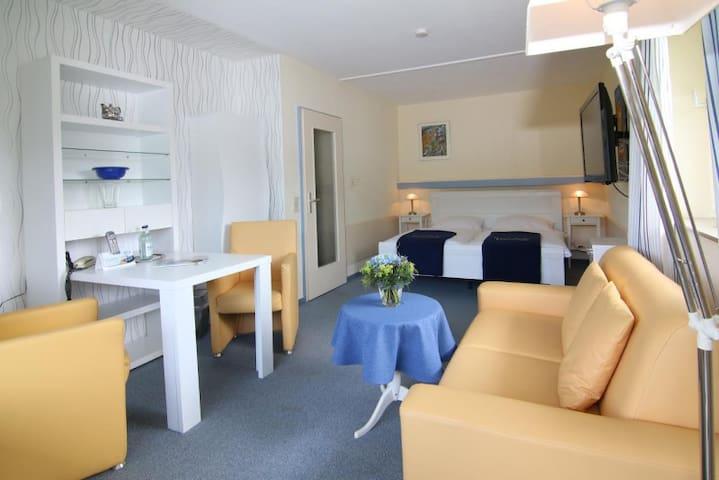 """Hotel Garni """"Sonnenhof"""", (Bad Herrenalb), Doppelzimmer mit WC und Dusche"""