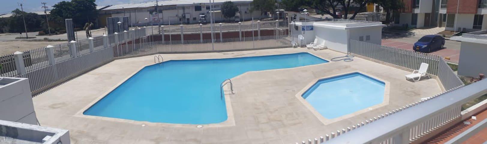 Apto con balcón, piscina y  todas las comunidades