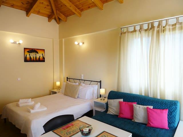 Queen size bed and sofa bed - Μεγάλο διπλό κρεβάτι και καναπές κρεβάτι