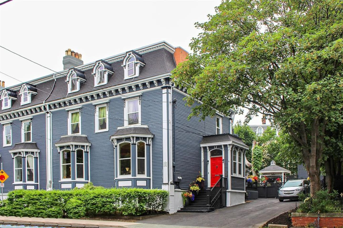 Park Place Apartment - A Gorgeous 2B Flat in 150 year old downtown Estate home; AMAZING LOCATION across from Bannerman Park; steps to the heart of Downtown but also a short walk to the beautiful Rennie's Mill River park.