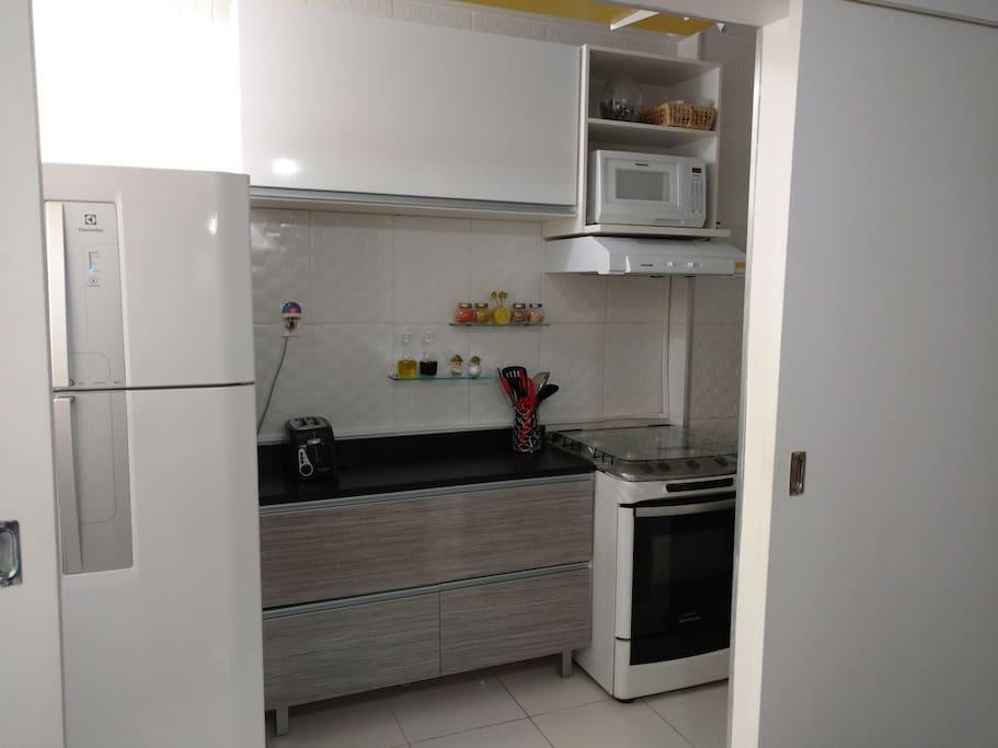Cozinha equipada com microondas, mixer, liquidificador e demais utensílios.