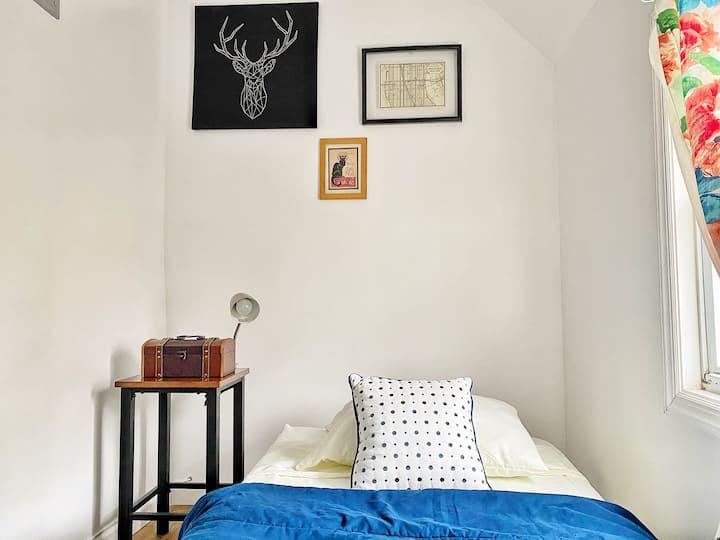 Cozy 'n' Cute Bright Airy Bedroom 7 Mins to Penn