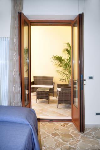 camera da letto con uscita sul balcone