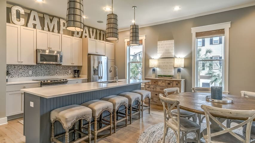 Spacious Kitchen & Dining Area - Seating for up to 11