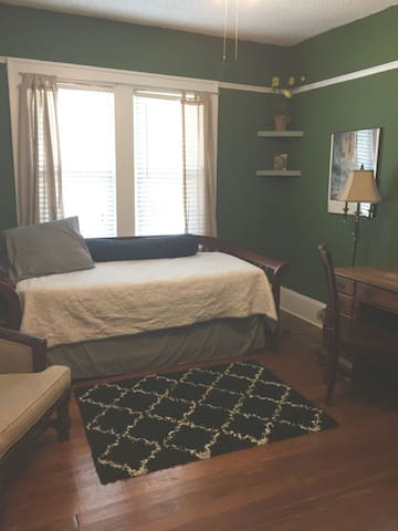 A spacious, cozy bedroom in Riverside - Jacksonville - Huis
