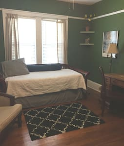 A spacious, cozy bedroom in Riverside - Jacksonville - Hus