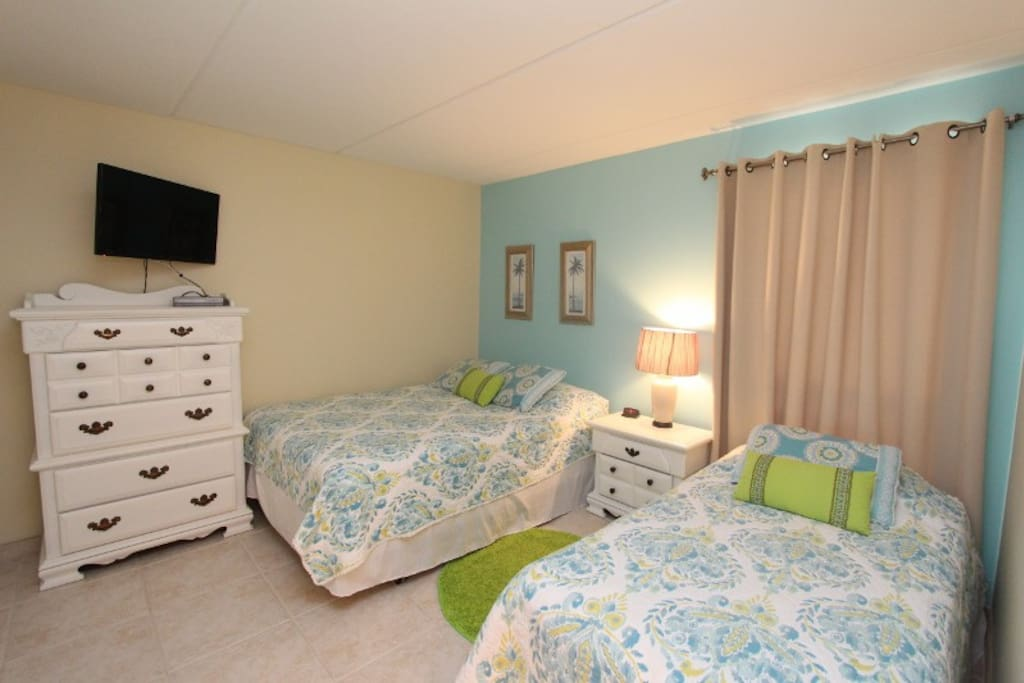 Guest Bedroom with 1 Queen bed and 1 Twin bed - sleeps 3