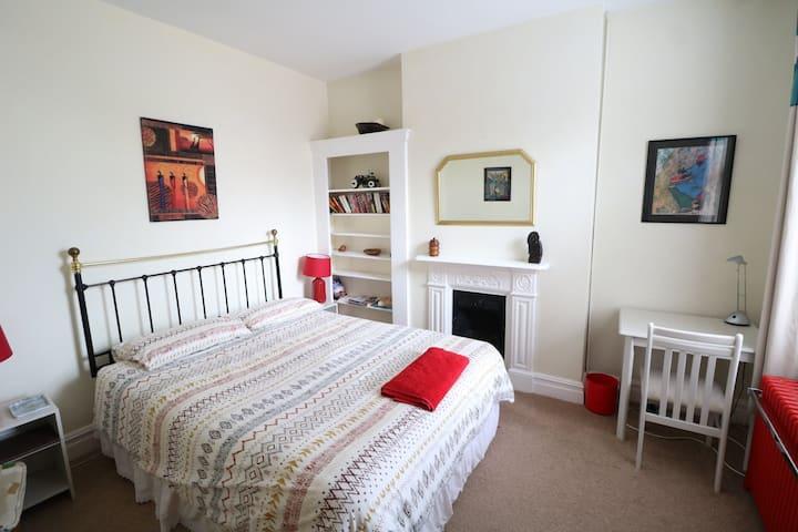 Spacious bedroom, ideal Farnborough location.