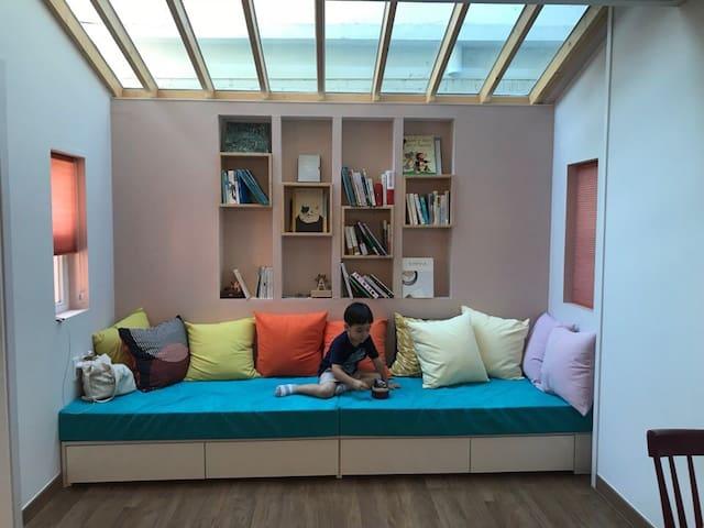 [1층 2~3인실] 침실1.거실1,욕실1 하늘 보이는 거실,책과 여유로움 북스테이 말랑말랑