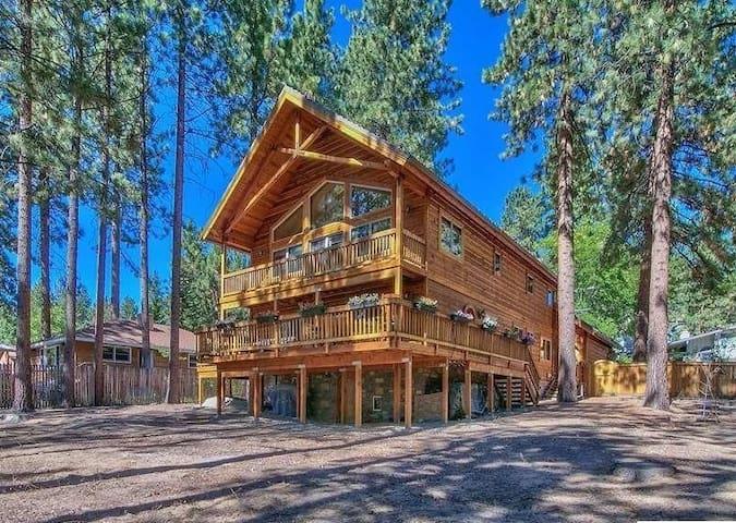 Lake Tahoe custom home w/Lake views & private hot tub