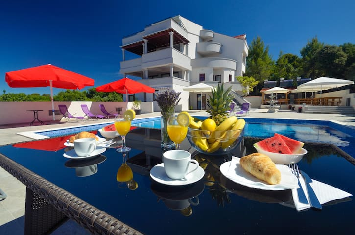 1 bedroom apt w/terrace, pool view and breakfast - Kožino - Bed & Breakfast