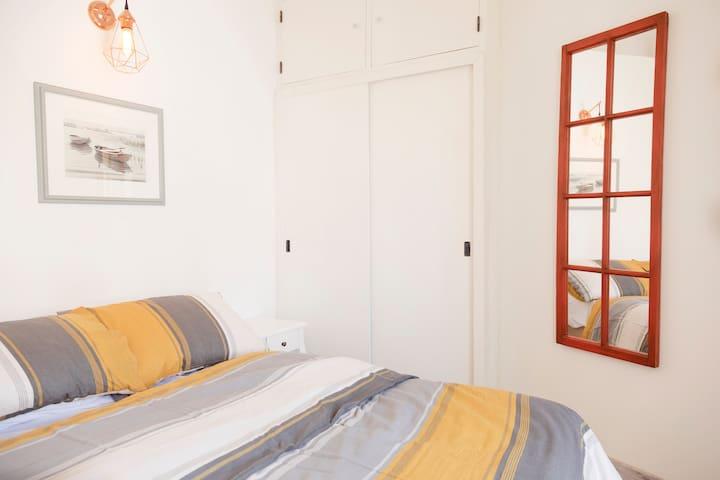 Sovrum. Säng, Queen Size 160 cm X 200 cm.