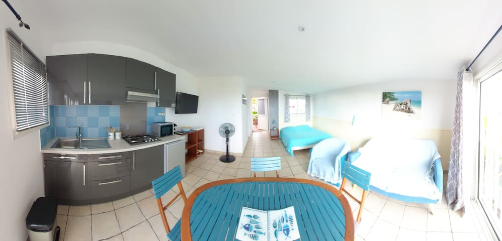 Studio bleu dans villa avec vue sur l'océan.